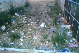 Noicattaro. Villetta-discarica via Desimini front
