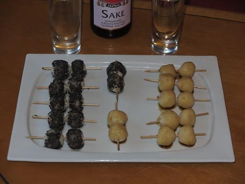 Kushidango (= japanischer Snack aus Tofu und Reismehl)