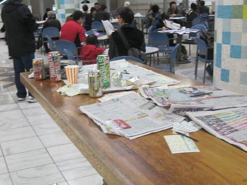 中山競馬場の立食テーブル上のゴミ