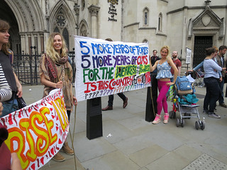 Immagine di Royal Courts of Justice vicino a Londra. thestrand royalcourtsofjustice cityofwestminster riseup londonwc2 antiausterity antiausteritymarch peoplesassemblyagainstausterity thepeoplesassembly
