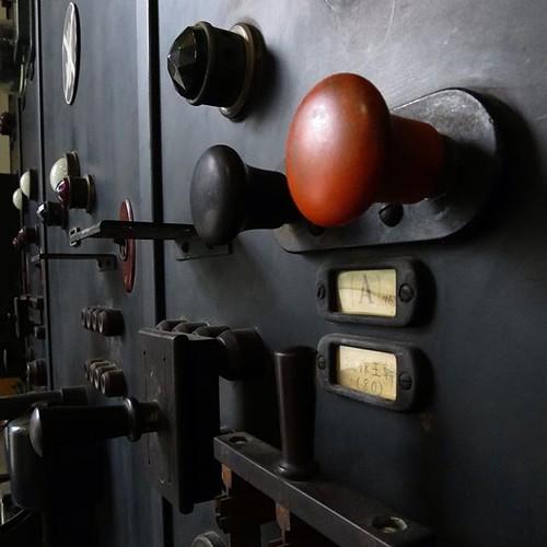 かっこよすぎるでしょ、これ、ホント。スチームパンクの原型というか、リアルに昭和初期のレトロインダストリアルデザイン。勝鬨橋を駆動させる時に電流をコントロールするためのコンソール。