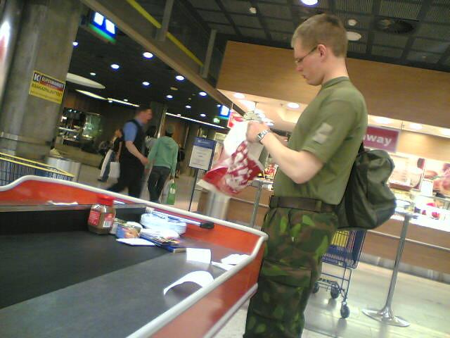 Un recluta finlandés, de compras