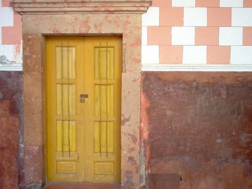 Amarilla y cerrada