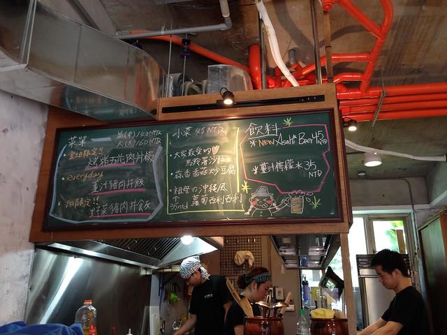 沒有單本的menu,所有的菜單都是當天更新在開放式廚房上方的黑板上@台北大安,佐藤精肉店