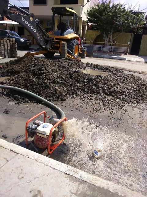 En calle Juan Montalvo arreglan fuga del agua potable