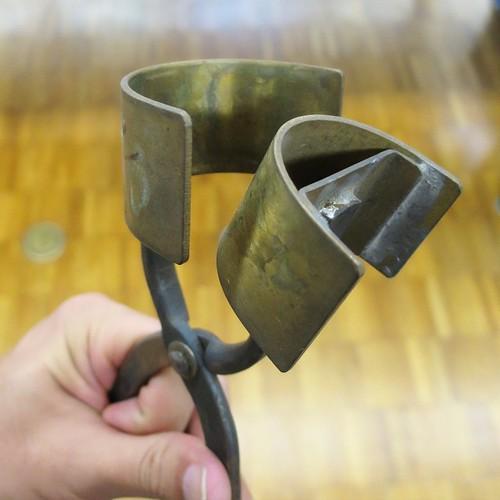 アクリルの曲げに利用するコテ。やっとこに、パーツを付ける。職人さんの手作りのだけど、もう作る人はいないらしい。ここには、60種類のコテがあるらしい。 #ミユキアクリル
