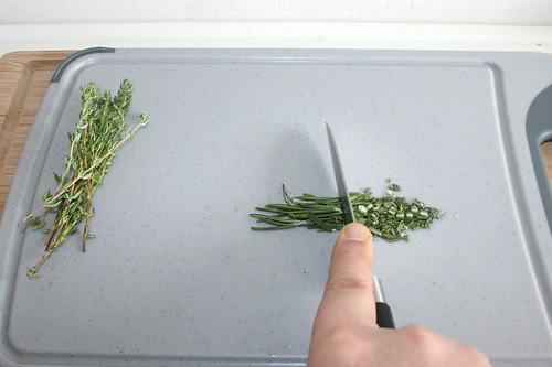 21 - Rosmarinnadeln zerkleinern / Cut rosemary needles