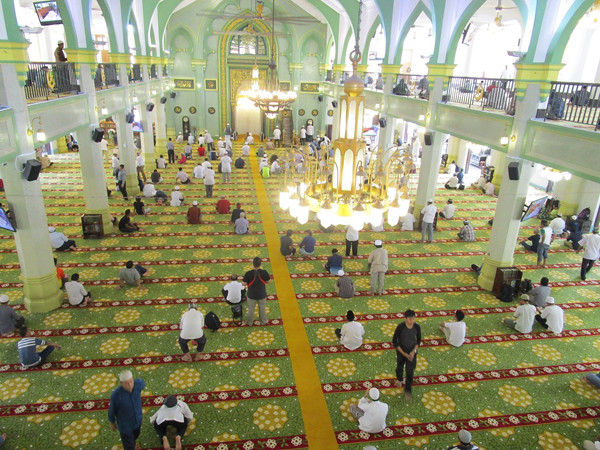 Suasana di dalam mesjid Sultan