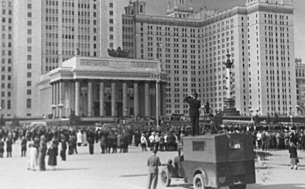 Митинг перед открытием нового здания МГУ на Воробьевых горах. Фотография сентября 1953 года