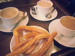 Tres cafés y media docena de churros, por favor.