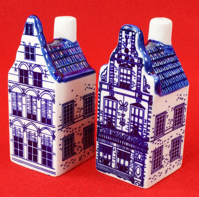 RD9063 Delft Blue ELESVA CANAL Ceramic House Set of 2 Classic Vintage Salt Pepper DSC08460
