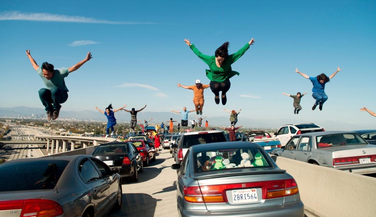 在電影《La La Land》裏,大家都沒有束縛,跳舞唱歌是日常生活的一部分。(《星聲夢裡人》劇照)