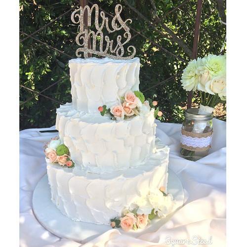 A sweet rustic buttercream #weddingcake with fresh flowers and gold glitter cake topper #rusticbuttercream #gardenwedding  #sweetcakesbyrebecca