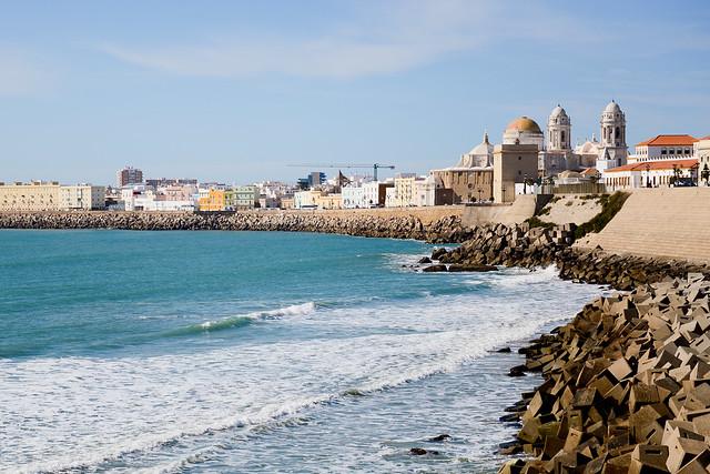 Catedral de Cádiz frente al Atlántico