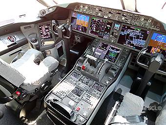 Boeing 787-8 cockpit (RD)