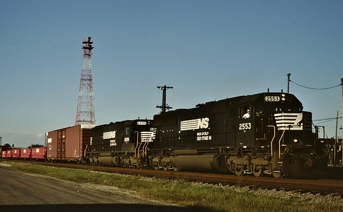 manifest freight train railroad ns norfolksouthern 167 ns2553 2553 sd70 emd centralia illinois
