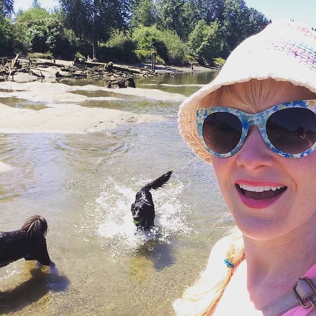 My mutts and I had some splashy fun time in the sun 🌞💦🐶