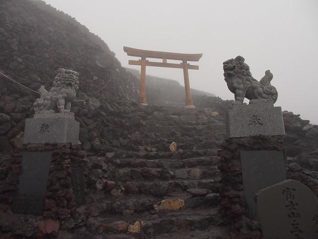 山頂前的久須志神社鳥居