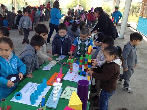 Los niños desarrollando habilidades matemáticas a través de juegos.