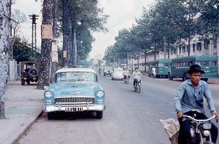 SAIGON 1967 - Đường Hồng Thập Tự, bên phải là Bảo sanh viện Từ Dũ và hai xe buýt của Học viện Cảnh sát QG