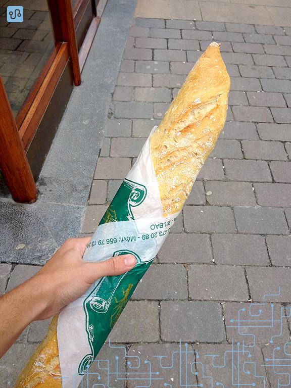 O pão é entregue enrolado num papel