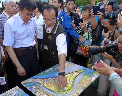 市府團隊現場看3個方案的模型。攝影:陳文姿。