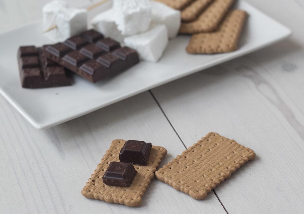 Opskrift på hjemmelavet S'mores - kiks, chokolade og skumfiduser