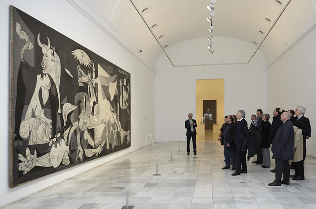 Contemplando el Guernica