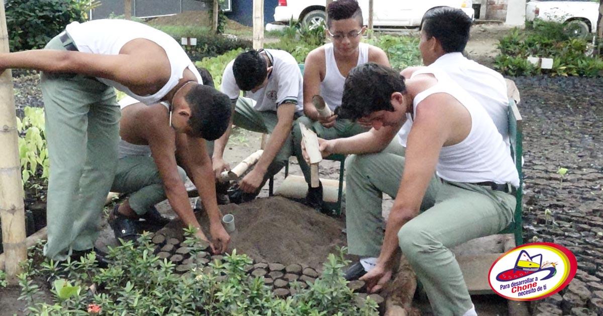 GAD Municipal donó plantas a unidad educativa