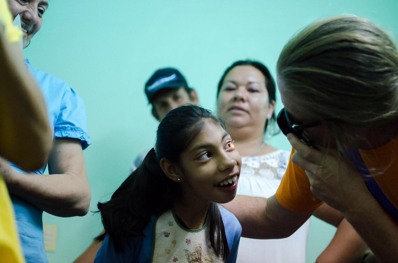 En el tercer día de la misión, el doctor John Spencer tuvo el honor de inspeccionar la salud ocular de los niños de la escuela Divino Niño Jesús de Acahay. Cerca de 11 niños con capacidades diferentes fueron atendidos en dicha mañana. (Elton Núñez)