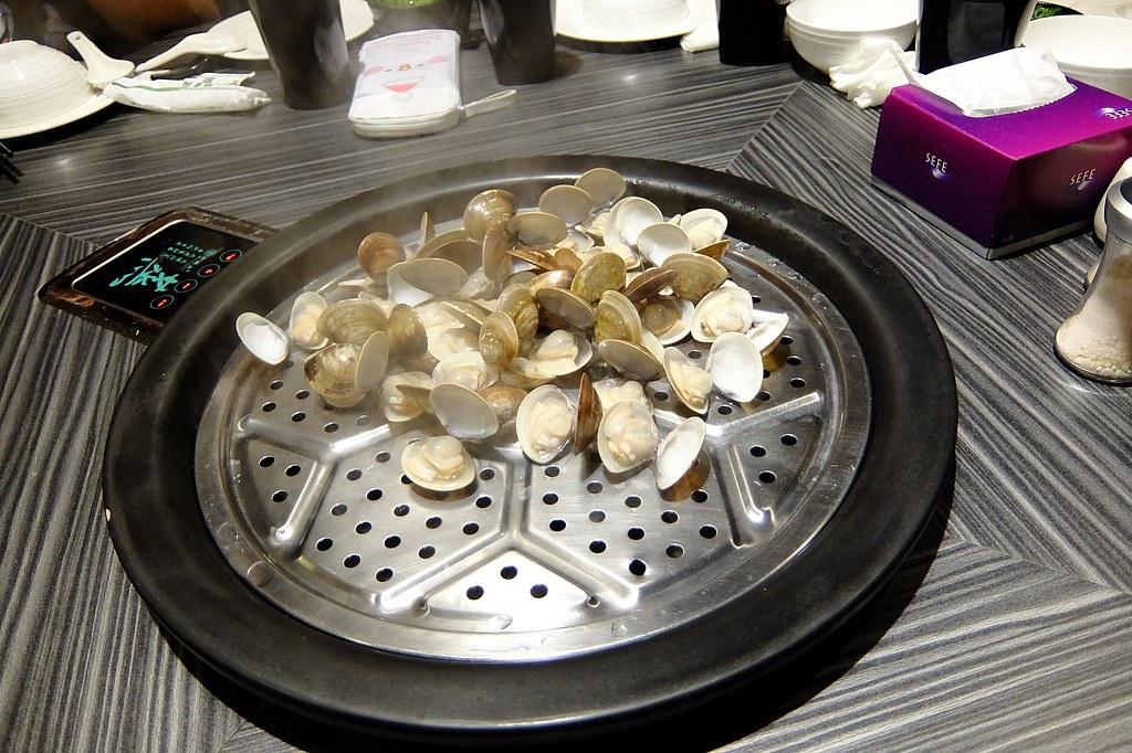蛤蜊,總共二盤,這是其中一盤,蒸煮完後再放第二盤...每一盤都用旁邊的計時器控制時間
