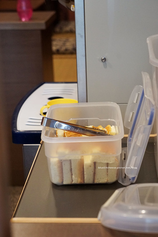 19211301241 8eb77a8b02 c - 丸Maruまる 冰菓子 - 日式特色裝潢帶點沖繩風.內有三味線教學.巧克力雙淇淋濃郁.古早味蛋糕捲好吃.還有限量手作甜點蛋糕.可預訂.只提供窗口外帶.路口處7-11和玉山銀行