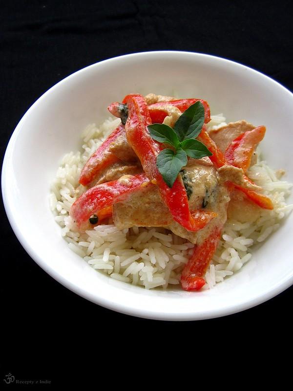 Kuracie kusky s cervenou paprikou a thajskou bazalkou