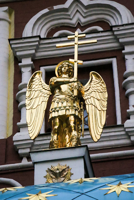 Golden angel statue on the Iveron Chapel, Moscow, Russia モスクワ、イヴェロン聖堂の黄金の天使像