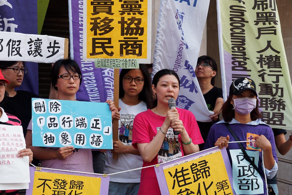 已取得身分證的新移民姊妹也站出來,反對《國籍法》對外籍配偶歸化的歧視邏輯。(攝影:林佳禾)