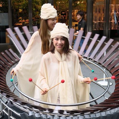 ヤマハさんの展示、六本木ヒルズの大屋根広場にて。360度、ぐるぐる回転する木琴、面白い。