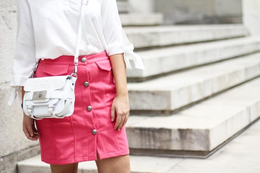 falda abotonada en color coral de Kling