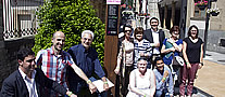 Foto de las personas que han tomado parte en la presentaci�n con sus pulseras junto a un totem