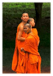 Siem Reap K - Angkor wat monk pilgrim 02