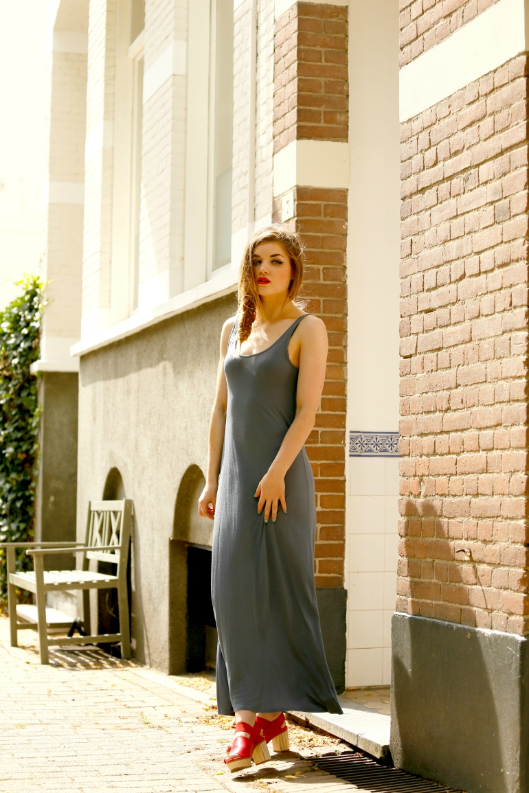 maxi jurk, maxi dress, cos sandalen, cos, houten sandalen, rode sandalen, topshop, jurk die doorschijnt, zomeroutfit, rode lipstick, fashion is a party, fashion blogger, grijze jurk