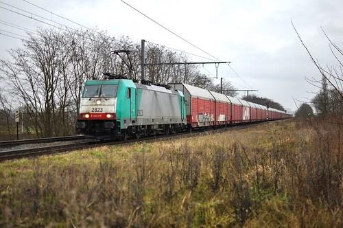 BLX-Cobra 2823 met DB (Cargo) Schenker van Aken naar Zeebrugge passeert in de regen door Kapelle-op-den-Bos