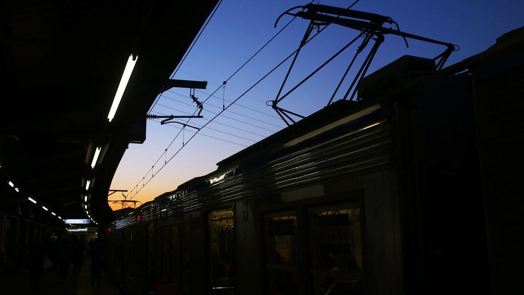 京成高砂駅 Tokyo, Japan / Sigma 35mm / Canon 6D 去了一趟柴又,回來的路上在京成高砂駅轉車,那時候正準備進入夜晚,這時候的天空最美,有白天與夜晚的漸層時段。  月台剛好彎彎的,把電車上的集電弓一起入鏡,起點與結束點都在喜歡的三分處。  最後再裁成 16x9 的尺寸。  Canon 6D Sigma 35mm F1.4 DG HSM Art IMG_7087_16x9 2017/01/26 Photo by Toomore