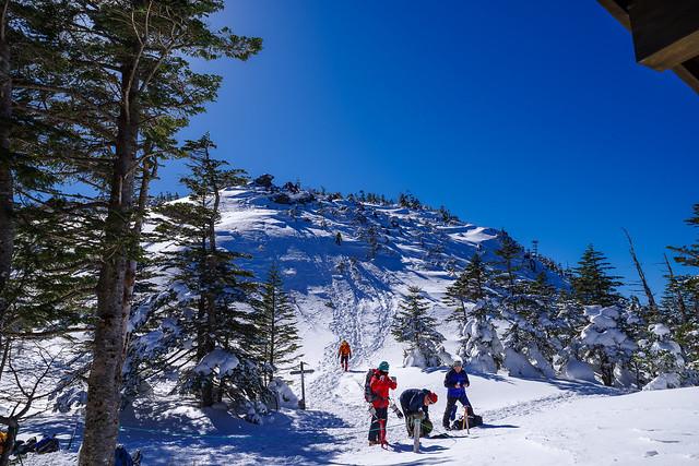 奥庭ルートから下山する登山者