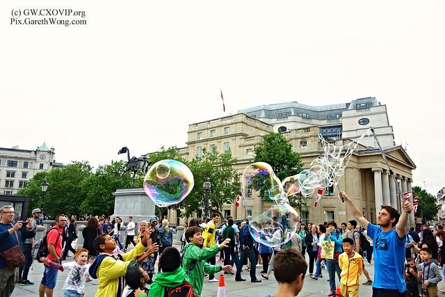 kids enjoying big soap bubbles at Trafalgar square London from RAW _DSC8251