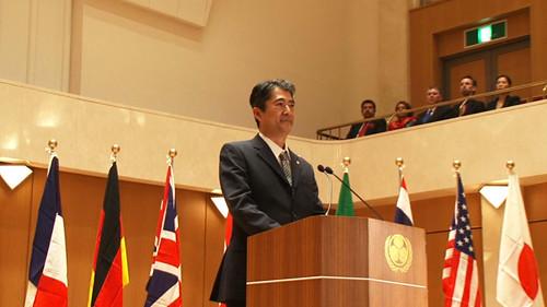 会田誠 国際会議で演説をする日本の総理大臣と名乗る男のビデオ 2014 ビデオ(26分07秒) © AIDA Makoto Courtesy Mizuma Art Gallery