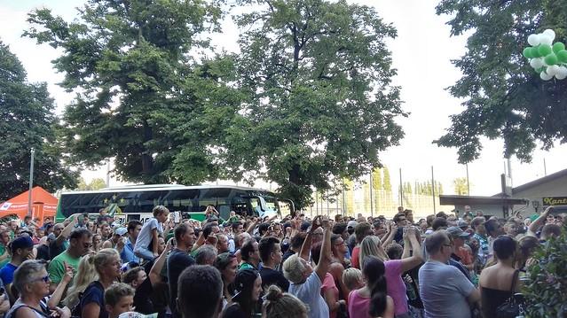 Blick über die anwesenden Fans in Richtung Mannschaftsbus