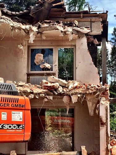 windows broken water munich münchen bedroom demolition livingroom sprinkler aussicht roomwithaview digger wohnzimmer abriss schlafzimmer ottobrunn riemerling