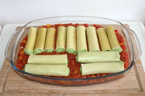 47 - Gefüllte Cannelloni auf Sauce verteilen / Put stuffed cannelloni on sauce