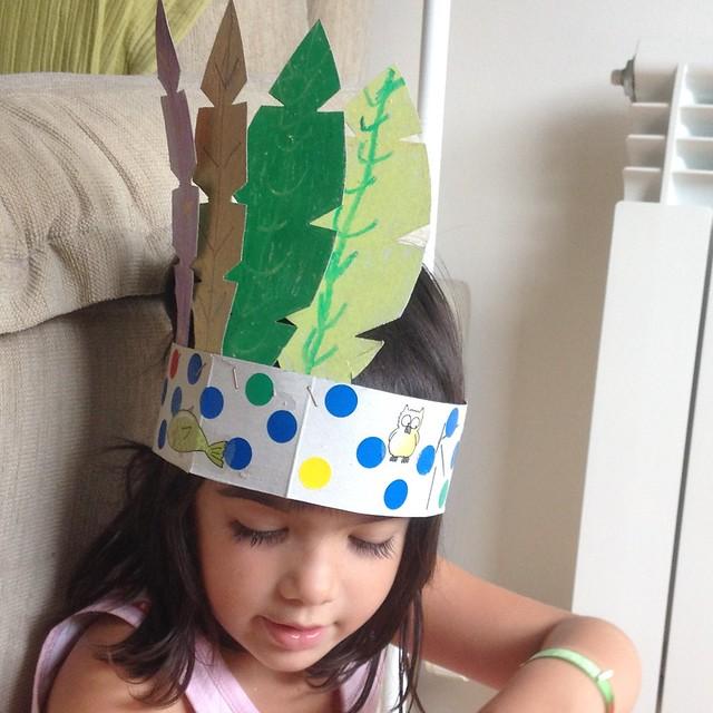 corona plumas disfraz indio cartón