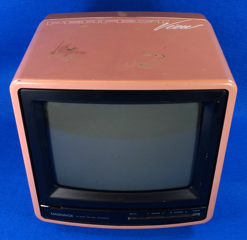 RD14657 Vintage Magnavox Color Tube TV Perfect View 9 inch DSC08570